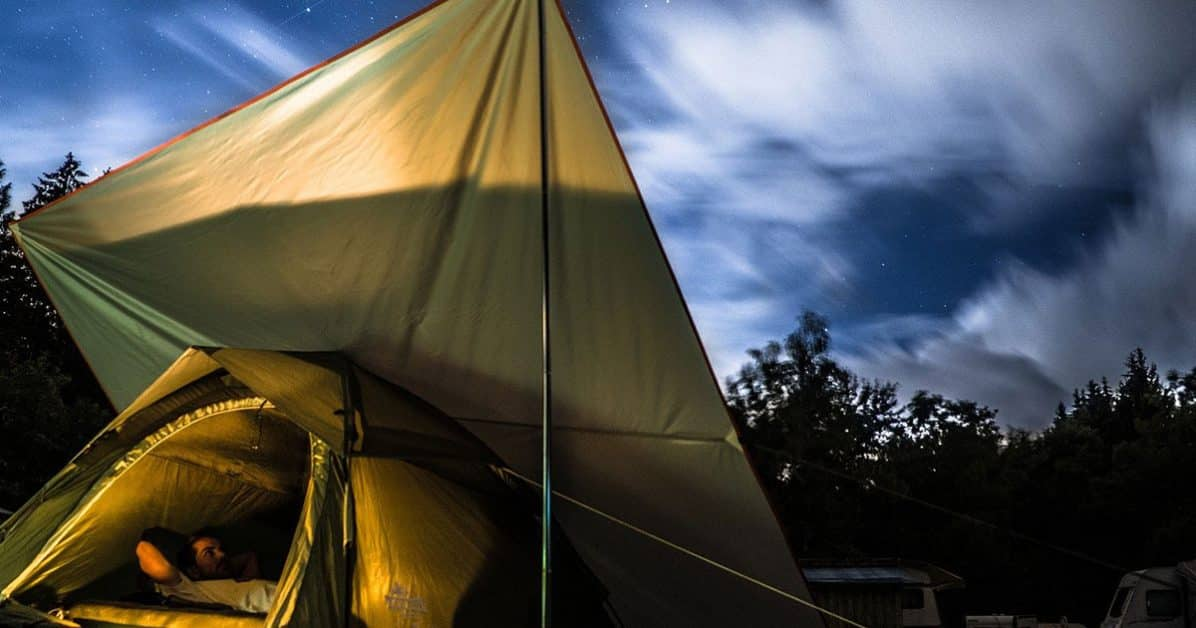 tarp au dessus d'une tente
