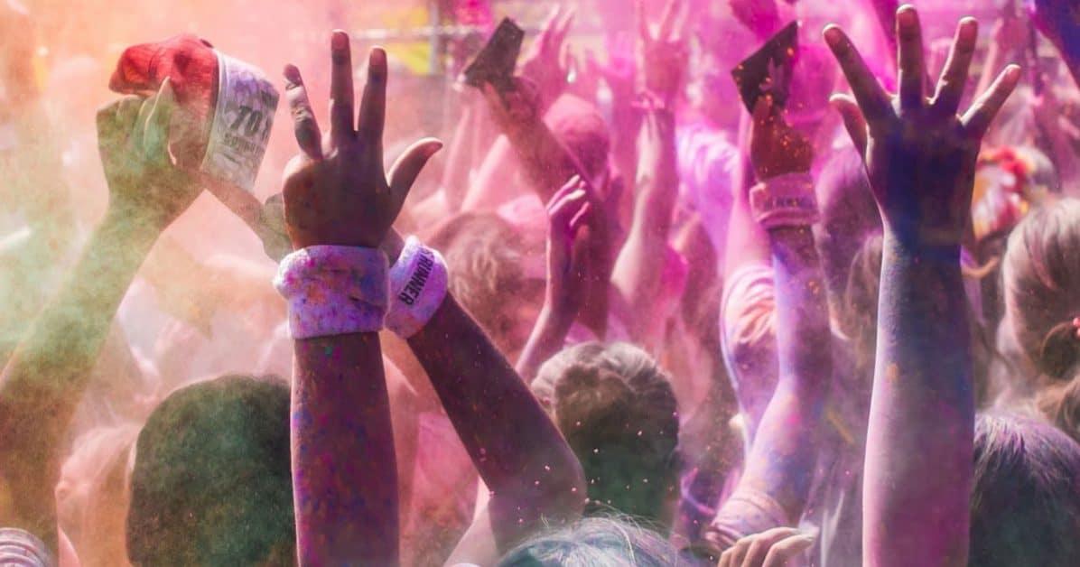 On se jette des sachets de couleur à l'image de la fête d'Holi