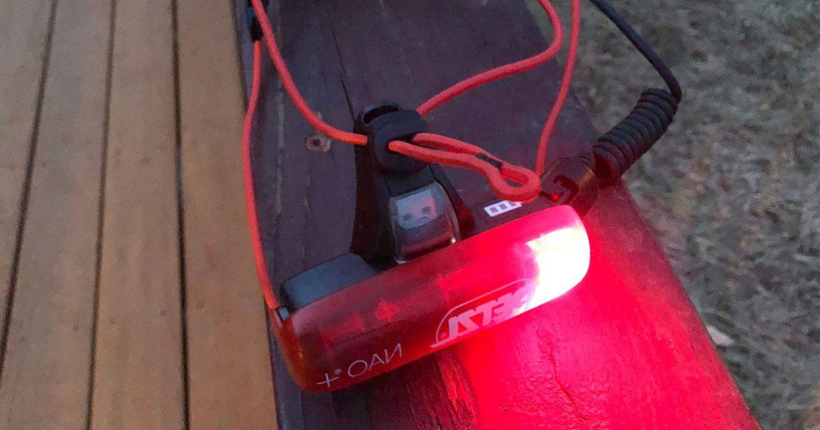 lumière rouge à l'arrière de la petzl